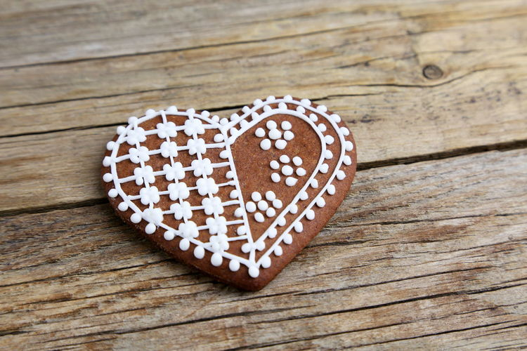 Gingerbread Cookie Sweet Food Christmas Decoration Shape Heart Love Wood - Material Food And Drink Heart Shape Baked Table Sweet Food Positive Emotion Icing Freshness Close-up Still Life Emotion Indoors  No People Indulgence Temptation