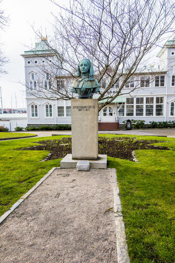 Statue of lawn outside building