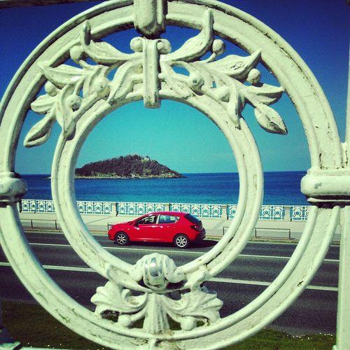 Incluso mientras esperas a alguien pasan cosas. Motion Capture Car Red Car Contrast Donostia / San Sebastián La Concha Barandilla Isla Summertime