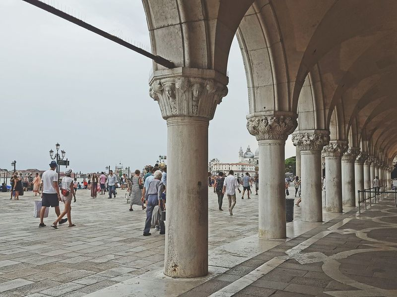 Dogenpalast Doge's Palace Inferno Historical Buildings Vintage People Together Enjoying The Sights People Lifestyles The Tourist Tourists Vintage Style Old Architecture Architecture Enjoying The View Historic Monument 1001 Night Well Turned Out Sightseeing Neighborhood Map The Photojournalist - 2017 EyeEm Awards The Street Photographer - 2017 EyeEm Awards