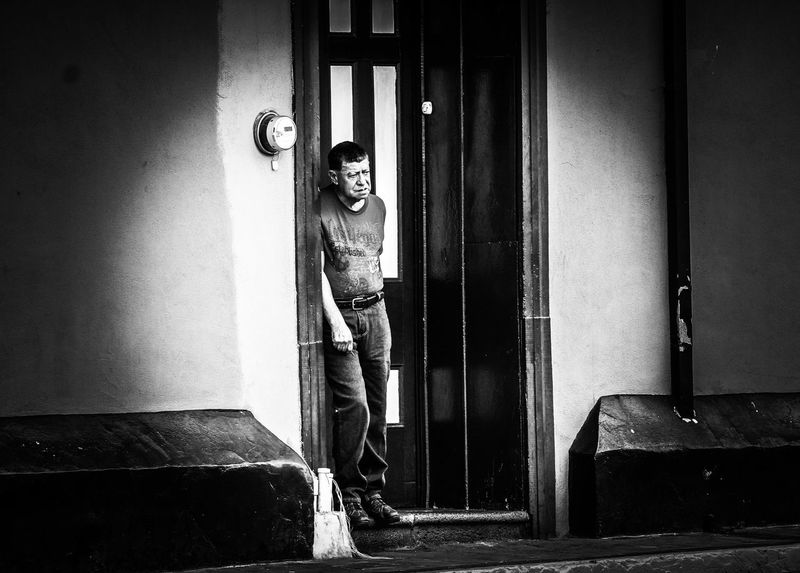 hombre en el marco Canon EoS Rebel T6 Architecture Costa Rica Walking Around Walking Around Taking Pictures Black And White Barva Outdoors Streetphotography Monochrome monochrome photography Pinhole Photography Pinehole Heredia, Costa Rica Notes From The Underground Window Door