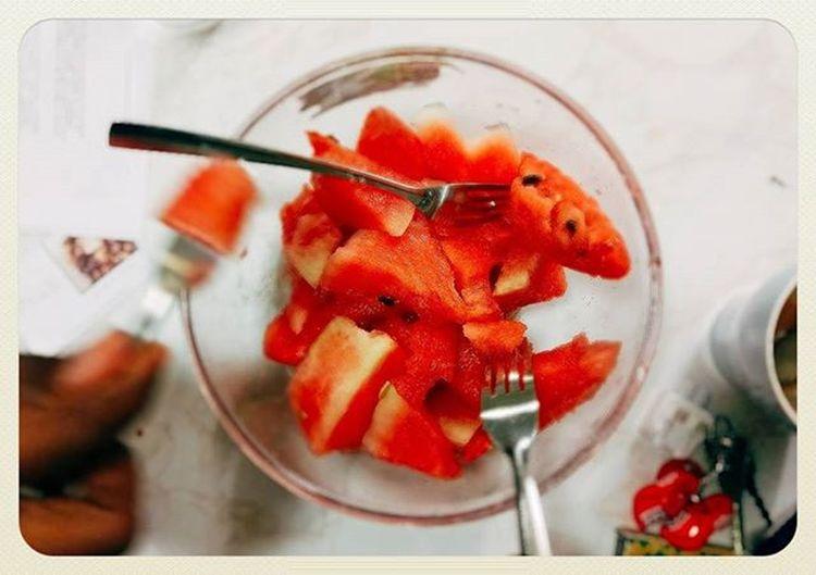 論文配西瓜 來英國首次吃西瓜 而且還是在冬天 大家都要寫不完了 奈及利亞小哥還手寫