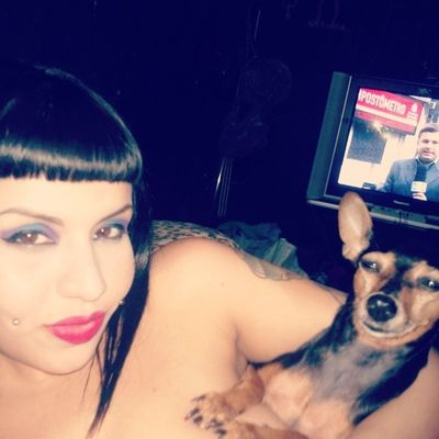 Cleopatra & Anubis ♡ Hauahaua... E o mano do jornal de Robert. Dog Pet