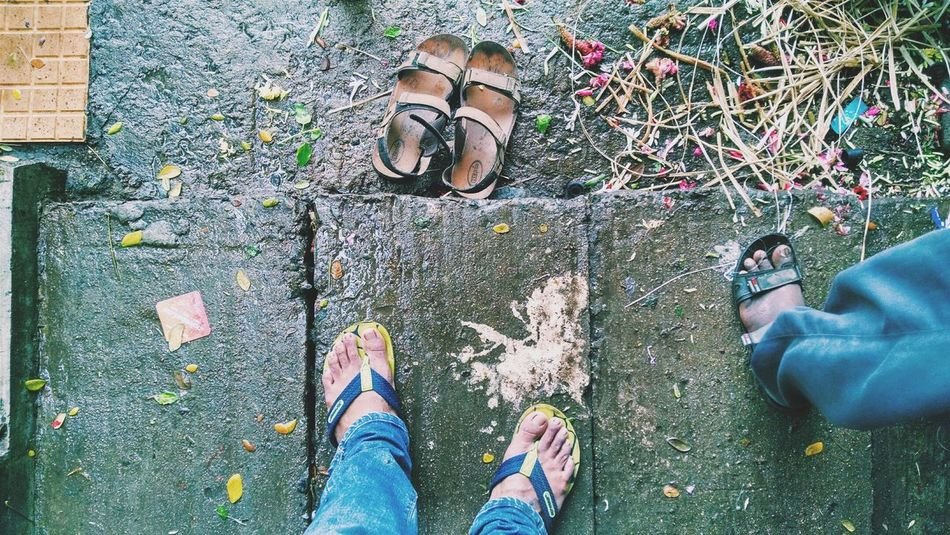 Standing in a corner to defend against rain .. Rainy Days Footpath Legs Flipflops Wet Dirty Sandals Lifestyles Jeans From Where I Stand Hello World Cement Shade Rain Winter Tamilnadu Chennai Tadaa Community Enjoying Life Fingers Green Blue Flowers Garbage