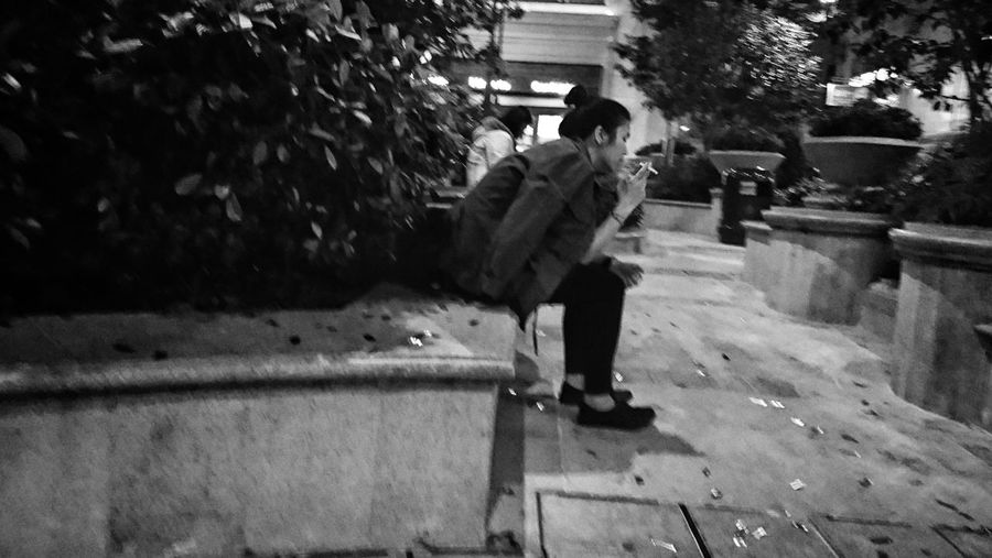 Noir Et Blanc Streetphotography Bnw_captures Lensculturestreets Black And White Street Photography Snapshots Of Life Noir Black & White Photography Bw_collection Monochrome Urbanphotography NEM Black&white Citylife Black & White Lensculture AMPt - Street XperiaZ5 AMPt Bnw_collection Sony Xperia Street Life AMPt Community Mobilephotography Smoking