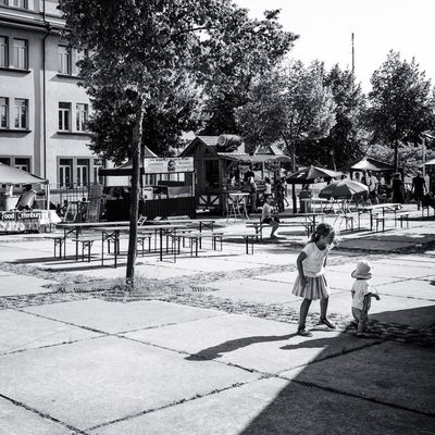 Kinder hüten ... Urban Perspectives The Devil's In The Detail Summer In The City Street Photography Black & White On The Way Monochrome Urban Photography City Tree Full Length Architecture Building Exterior Built Structure Sky Outdoor Play Equipment Focus On Shadow Street Street Scene