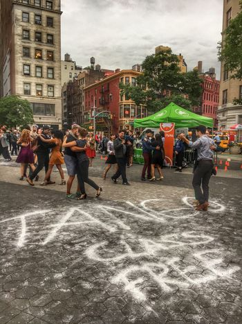 A Thursday tango.. 💃🏼 Large Group Of People Real People Day Men Women Leisure Activity Outdoors City Adult People New York Unionsquare Union Square Park Dancing Tango Learning Dancelesson Fun Street