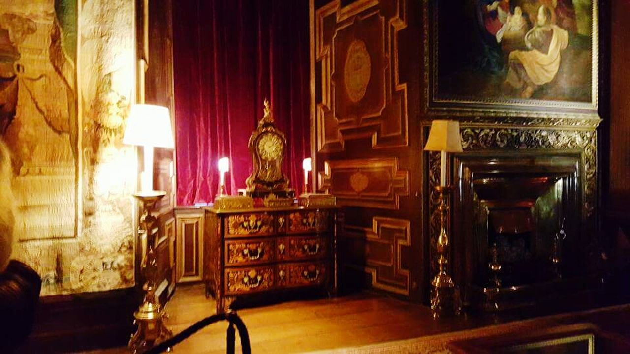 indoors, old-fashioned, history, antique, home interior, victorian style, chair, wood - material, elegance, no people, furniture, luxury, architecture, baroque style, day, bookshelf