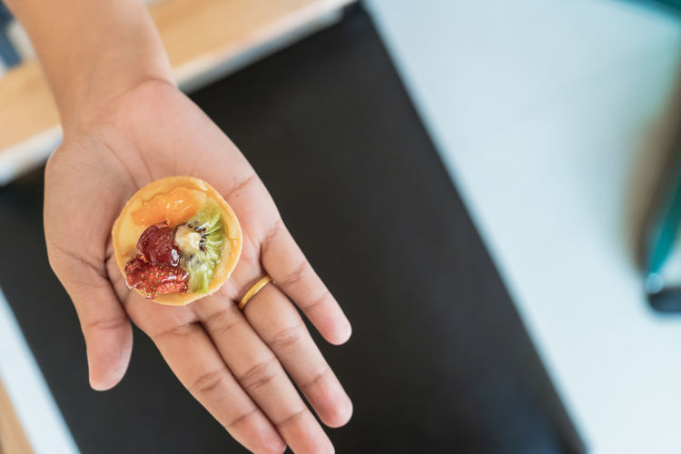 Human Hand Hand Human Body Part Food And Drink Holding Fruit Food One Person Healthy Eating Freshness Wellbeing Real People Indoors  Focus On Foreground High Angle View Lifestyles Healthy Lifestyle Close-up Cross Section Finger Orange