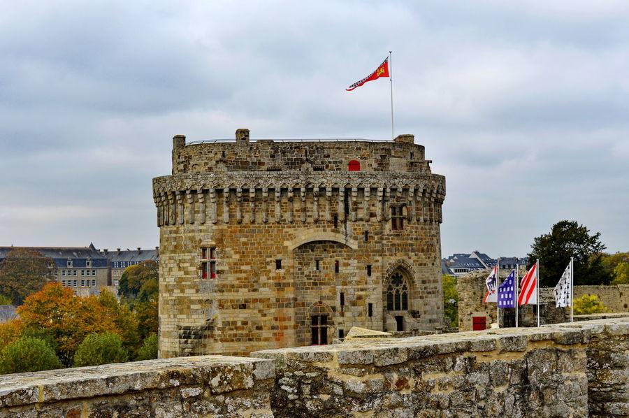 Le château de Dinan (Côtes-d'Armor) est un monument historique se situant au sud de la ville. C'est un ensemble composite, constitué à la fin du xvie siècle par le duc de Mercœur à partir de trois éléments initialement distincts : le Donjon ducal construit dans la décennie 1380 , la porte du Guichet (XIIIème siècle)et la tour Coëtquen édifiée à la fin du XVème siècle. L'ensemble fait partie de l'enceinte urbaine de Dinan, autrefois la troisième plus importante de Bretagne après celles de Nantes et de Rennes. Depuis le 12 juillet 1886, le Château de Dinan est classé au titre des monuments historiques1 Bretagne France Côtes D'Armor Dinan Bretagne France Tourisme Arch Château Fortification Monument Historique Visite Arch Bridge Historic Castle Fort Fortress Fortified Wall Medieval