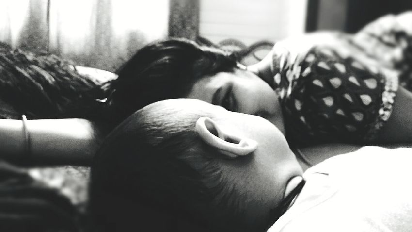 One Person Human Body Part People Indoors  Relaxation Newborn Baby Boy Affectionate Real People Black & White Black And White Baby Boy.♥ Innocence Majestic Baby ❤ Babyhood Childhood MomentsToRemember Moments Of Life Babies Only Moments Of My Life @ 私の人生の瞬間。 Two People Togetherness Mother & Daughter Mother And Son