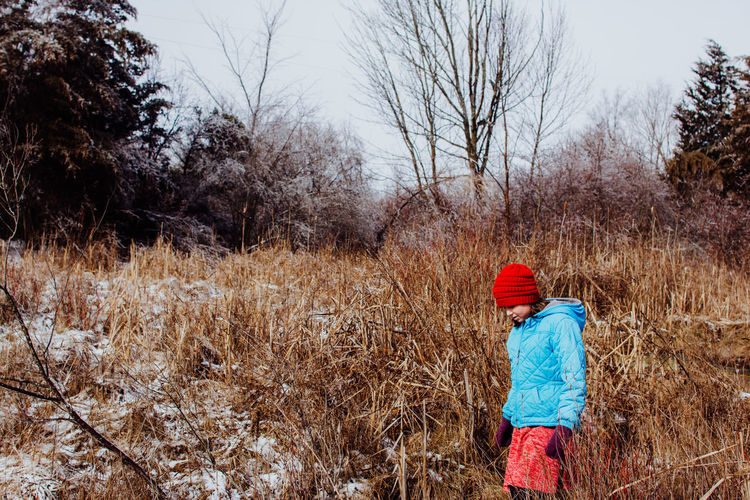 Real People Plant Tree Rear View One Person Land Winter Field Nature Hat Warm Clothing Walking Day Clothing Landscape Three Quarter Length Cold Temperature Lifestyles Sky Bare Tree Outdoors