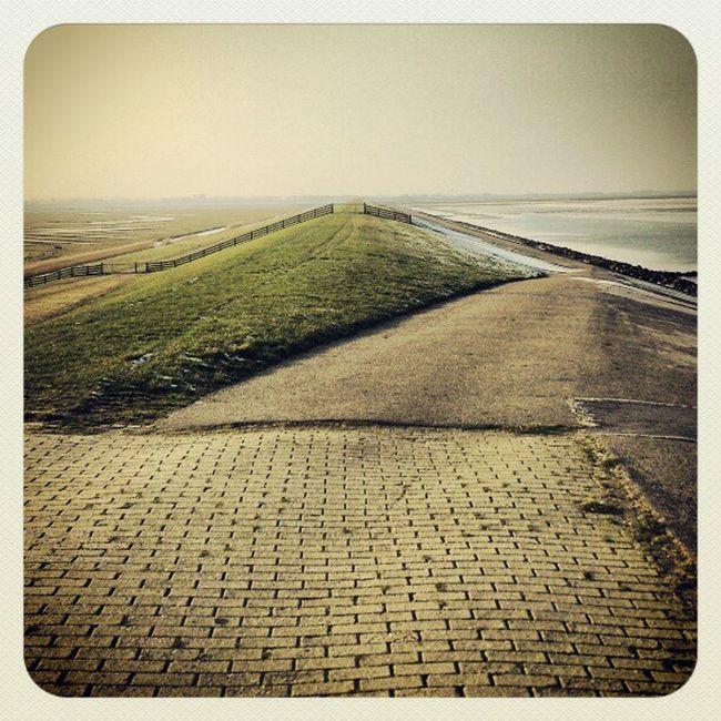 Even de dijk op. #Waddenzee #lauwersmeer Sea Waddenzee Lauwersmeer