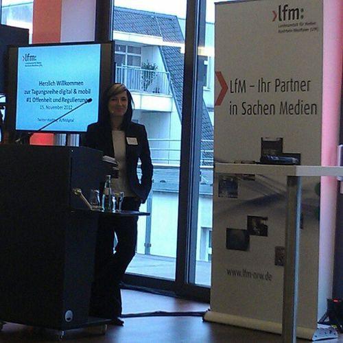 Es geht los mit der Begrüßung von nadia_z #LfMdigital Alle Teilnehmer haben ein Smartphone :D Lfmdigital
