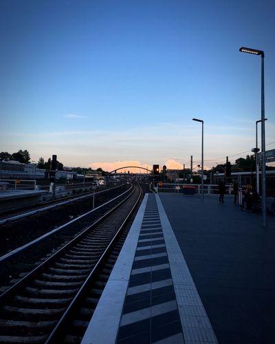 In den Sonnenuntergang Sundown Dusk Tracks Ostkreuz Warschauer Straße Zentralperspektive Blue Hour Available Light