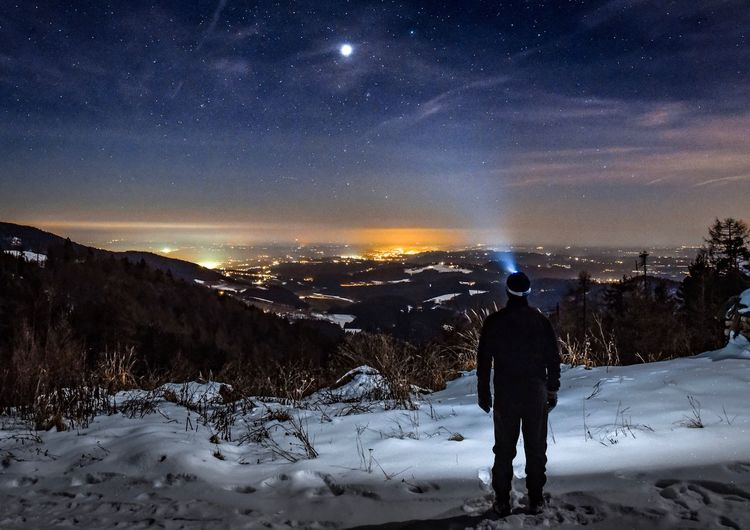 Nachtwanderung im Winter Star - Space One Person Sky Snow Scenics - Nature Night Rear View Galaxy Outdoors Beauty In Nature Cold Temperature Landscape
