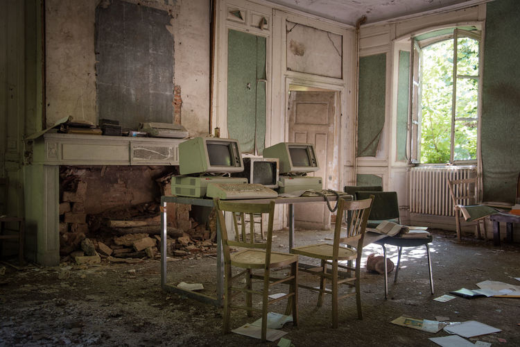 Urbex Bankruptcy Bankrupt Abandoned Places Abandoned Buildings Chair Seat Indoors  Abandoned Furniture Table Old Messy Home Interior Damaged Architecture Window Obsolete Domestic Room Run-down Absence Day No People History Bad Condition Flooring Deterioration Dirty Ruined