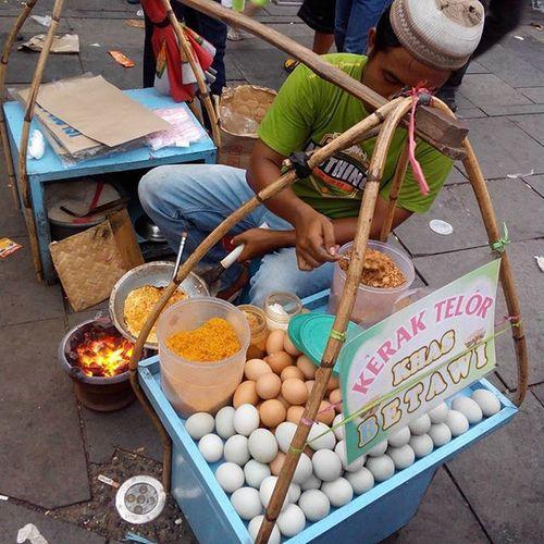 Kerak Telur : Traditional street from Jakarta.. Couchsurfing Jakarta INDONESIA Travel Streetfood Food Tourism