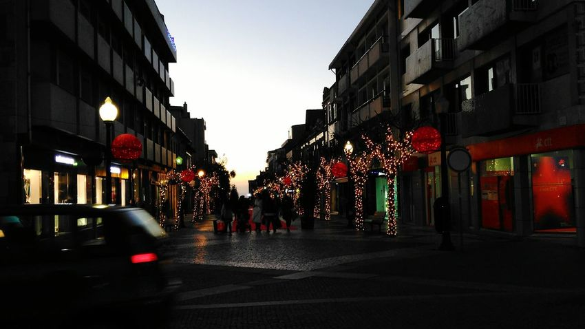 Christmas Around The World Cristmas Light People Walking  Shops Cristmas Tradition Cristmasdecor FamilyTime Red Carpet Sunset Urban Lifestyle