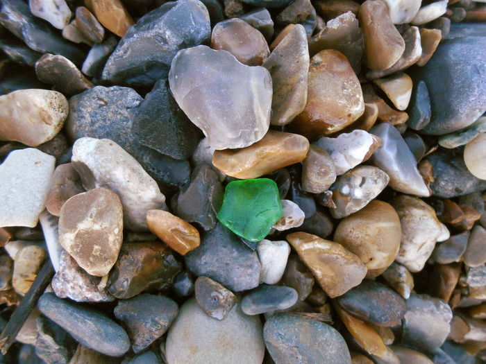 Pebbles at Mundesley Beach, Norfolk, Uk and a green sea glass Abundance Backgrounds Beach Close-up Day Full Frame Geology Glass Glass - Material Green Color Large Group Of Objects No People Norfolk Outdoors People Seaglass Stone вуылещз город пляж Щебень