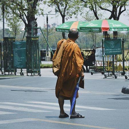 Bangkok Thailand Street Peoplewatching Seeninthecity Streetphotography Cityscene Everydaylife Monk  Saffronrobe Streetphoto Streetview Street VSCO Vscocam Vscothailand Vscobangkok Vscothai