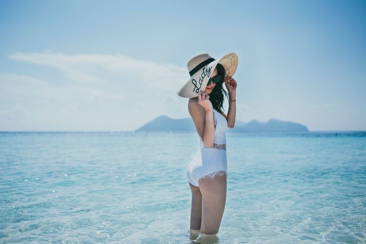 NikonD810 男仔很忙 Semporna Water Sea Sky Lifestyles One Person Beauty In Nature Leisure Activity Day Real People Three Quarter Length Land Beach Nature Holiday Cloud - Sky Scenics - Nature Trip Vacations Horizon Over Water Outdoors