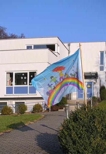 Gebäude Architektur Regenbogen Architecture Blue Building Exterior Built Structure City Clear Sky Day Fahnenimwind🌾 Multi Colored No People Outdoors Sky Tree