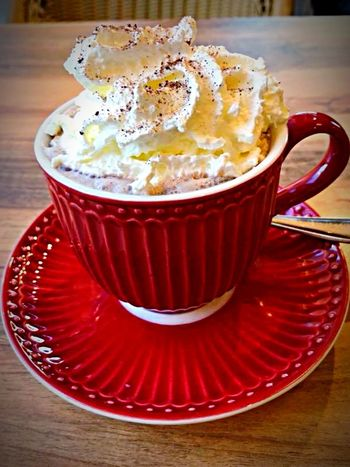 Hit chocolat after a walk in a cold outside Sahne Ready To Drink Heiße Schokolade Hot Chocolate Close-up Red
