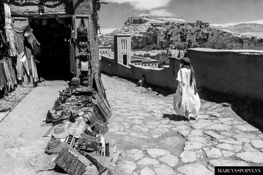 Título: Uarzazat Autor: Marcus Populus Lugar: Uarzazat (Marruecos) Cámara: SAMSUNG NX1000 Punto F: f/8 Tiempo de exposición: 1/640s Velocidad ISO: 200 Distancia focal: 18mm Architecture Building Exterior Built Structure Day Men Nature One Person Outdoors People Real People Sky