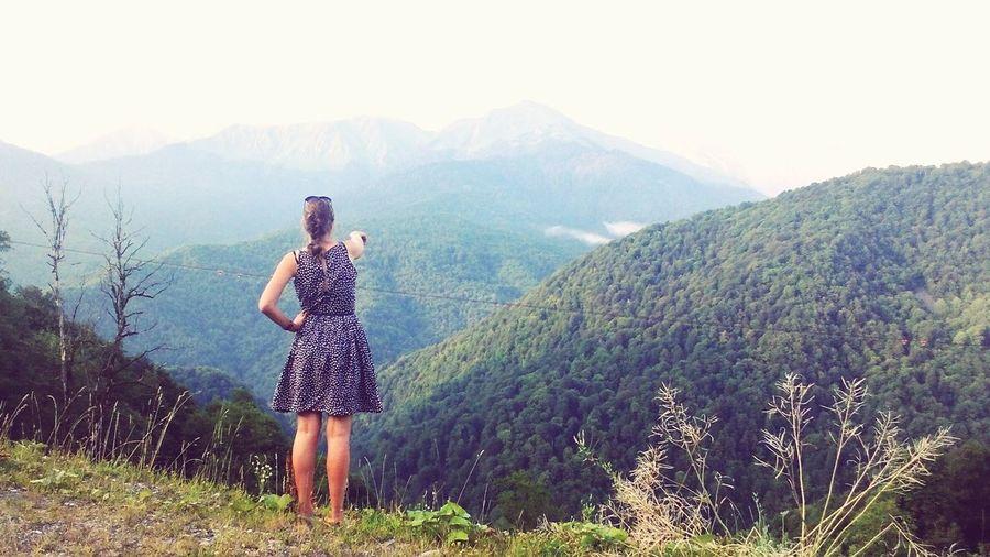 Дарья показывает откуда должны прийти наши ребята! горы Закат Адлер Camping работаем ожидание