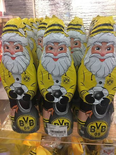 Santa Claus chocolate figures with BVB symbol Close-up Representation Chocolate Chocolate♡ Figurine  Figurines  Christmas Christmas Chocolate Christmas Figures BvB In A Row Yellow Retail Display Large Group Of Objects Arrangement Retail  Groceries