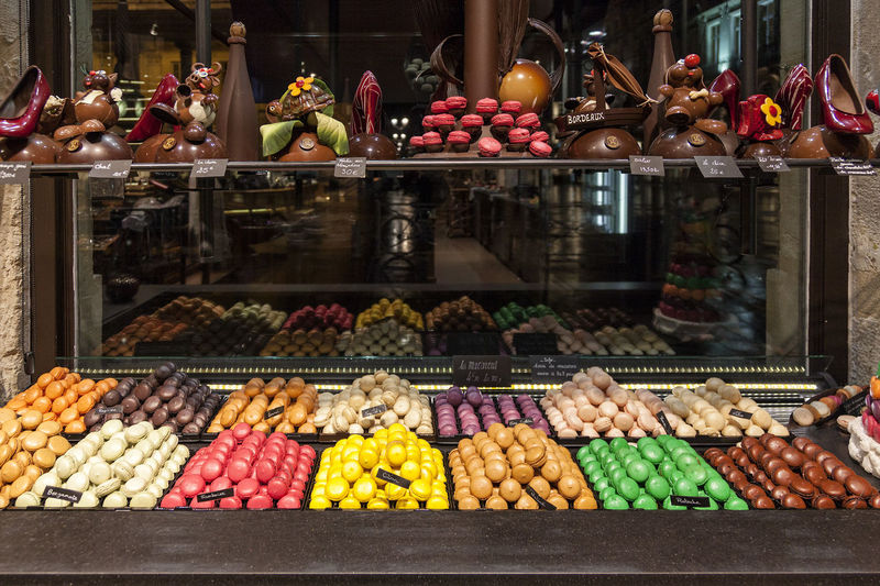 Macarons 02 Abundance Arrangement Chocolate Chocolate Shop Chocolate Time Chocolatelover Chocolaterie Chocolates Choice Collection For Sale French Chocolate French Sweets In A Row Large Group Of Objects Macarons Multi Colored Repetition Shop Still Life Store Storefront Traditional Traditionalfood Variation