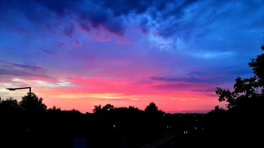 apocalyptic scenes Honor 10 United Kingdom City Tree Sunset Silhouette Multi Colored Sky Cloud - Sky Dramatic Sky Atmospheric Mood Moody Sky Cloudscape Residential Structure Sky Only Calm Dusk Romantic Sky HUAWEI Photo Award: After Dark