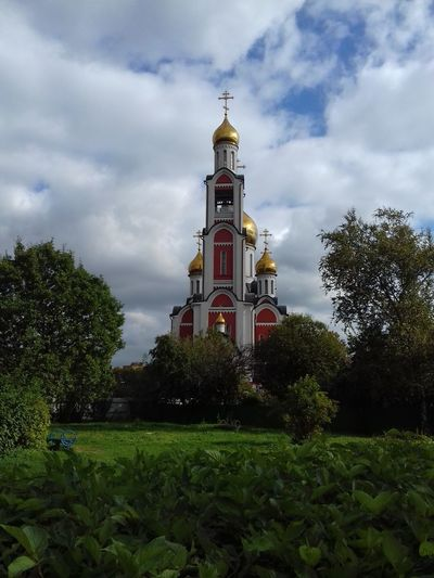 Собор Георгия Победоносца.The Cathedral Of St. George. Church Russia Temples Architecture Building Exterior Built Structure Church Architecture Churches Cloud - Sky Day Green Color History Low Angle View No People Outdoors Place Of Worship Religion Sky Spirituality Temple Temple - Building Temple Architecture Templephotography Travel Destinations Tree