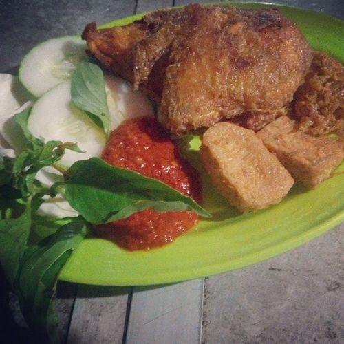 Mayoritas warung makan di Batam pasti jual ini.... Ayam penyet.... 😝😊😁😄 Batam Kepulauanriau Chiken Sambal Terimapesanan Promosi Homemade Endes