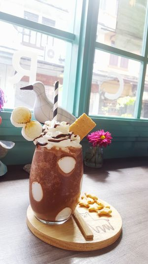 Saturday drink😋😋 Cafeteria Chocolatelover Chocolate Shake Chocolate Drink Time To Relax A Cup Of Something Ready-to-eat Dessertoftheday Happy Eating :) EyeEmNewHere Cute Cafe ♡♡♡