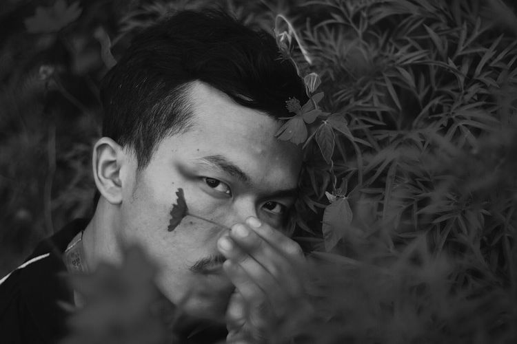 Young Adult One Person Portrait Outdoors Adult People Real People Headshot Addiction Day VSCO B&w Man Man Made Object Man B&w Photo B&w Street Photography B&W Portrait
