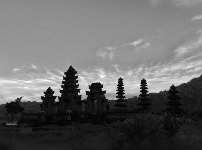 Pura ulun danu bratan temple against sky
