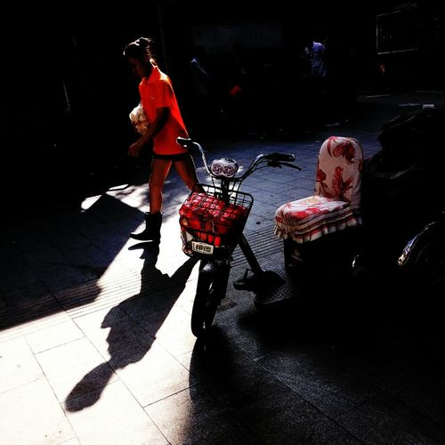 《红衣魅影 Shadow》 Sunlight Childhood Full Length Boys Street Playing Togetherness Family With One Child Lifestyles Casual Clothing Side View Family Single Mother Day Sunny Innocence Outdoors Person