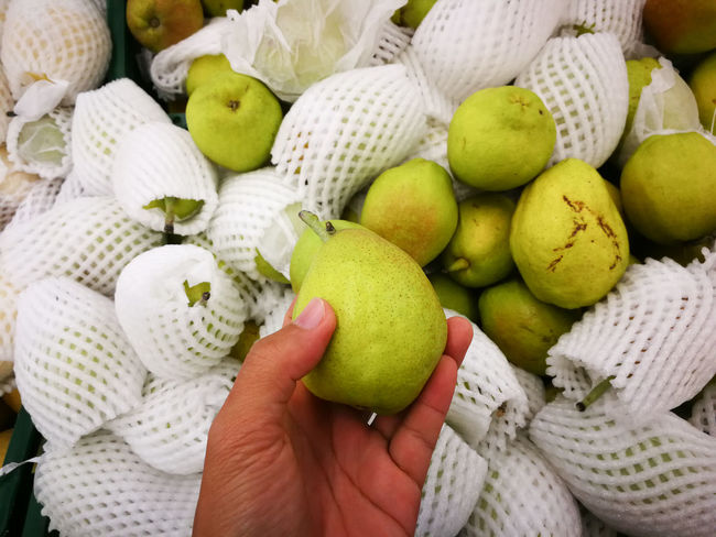 Market Pyrus PyrifloraL Apple - Fruit Chinese Pear Food Food And Drink Freshness Fruit Healthy Eating Human Body Part Human Hand Mango Nashi No People One Person Retail  Shingo