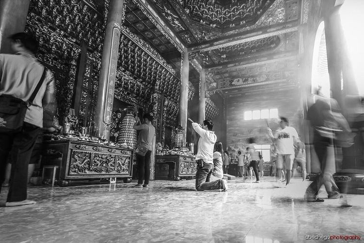Gong xi fa cai Gong Xi Fa Cai EyeEm Best Shots - Black + White Monochrome Popular Photos People Monochrome Blackandwhite Photography Popular Photos Hello World Praying Wihara