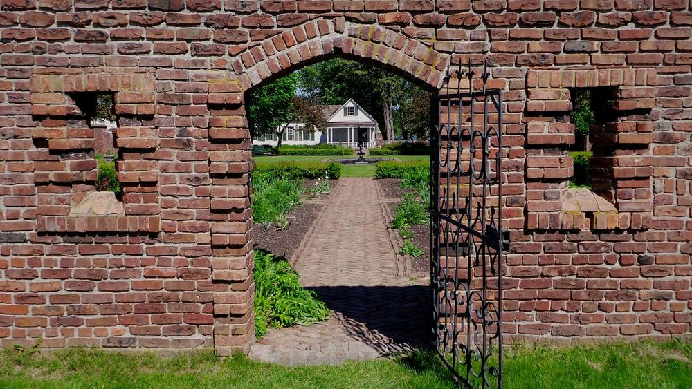 Secret Garden Walking Through The Gates Looking To The Other Side Historic Garden Architecture & Statues OpenEdit Historical Place Beautiful Garden Historic Landscapes