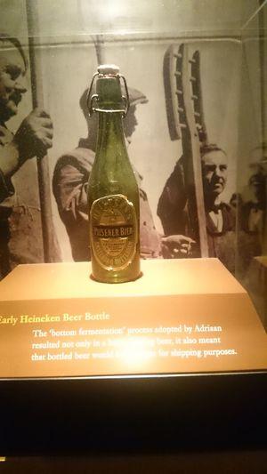 Una Botella de la Cerveza Heineken de las Antiguas en la Fábrica de la Cerveza Heineken en Holanda