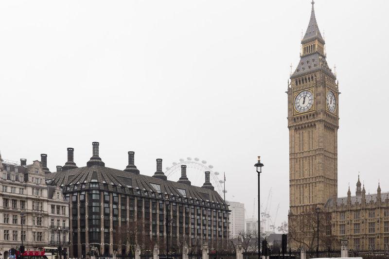 "Big Ben, o London Eye e o ""smog"" // Teh Big Ben, the London Eye and the ""smog"" - February 2017 // Big Ben Great Britain Citybycity Clock EyeEm Around The World London London Eye"