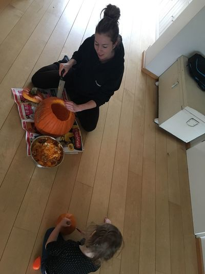 ShareTheMeal Pumkin Pumkin Carving Soop Mother & Daughter Share The Moment Share The Experience Indoors  Togheter Helloween