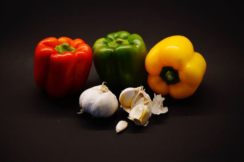 Vegetable Bell Pepper Still Life Food And Drink Red Bell Pepper Food Healthy Eating Yellow Bell Pepper Green Bell Pepper Freshness Table Garlic Studio Shot No People Raw Food Indoors  Tomato Close-up Black Background Day Gemüse