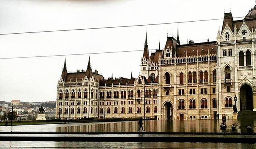 Budapest Hungary Ungheria Parliament Parlamento Building Street Place Piazza Buda Pest Travel Viaggi Voyage City East Europe Europa September Summer Summerend People Ludwig Filter