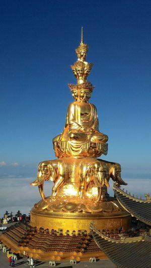 峨眉山 峨眉山 Cloud Sea (雲海) Blue Sculpture Gold Statue Religion Place Of Worship Sky Close-up