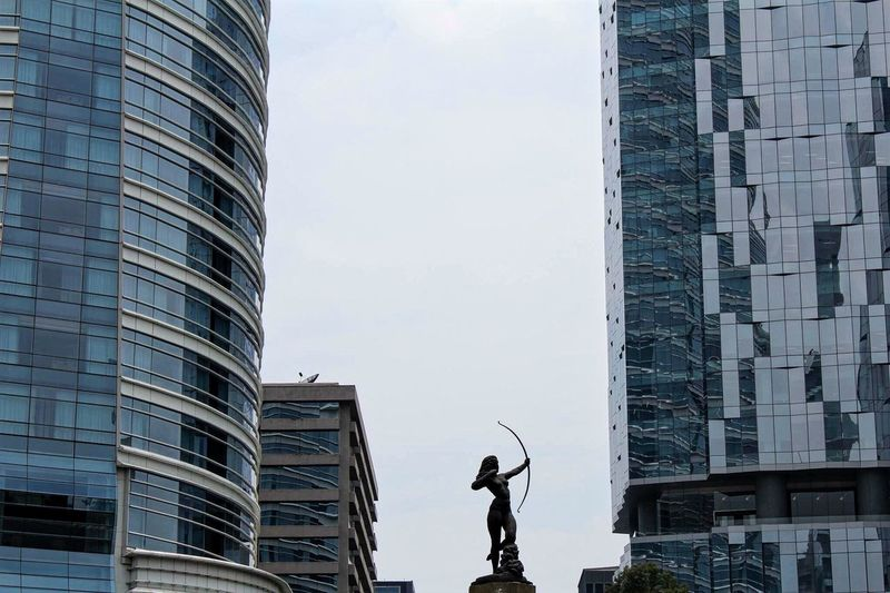 Diana Cazadora en Reforma cerca de una