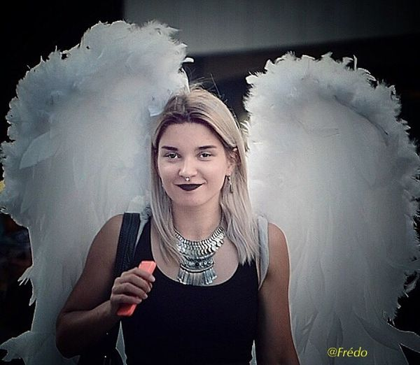 Les ailes du désir Portrait Smiling Happiness Angel One Young Woman Only Czech Republic Praha2017 Prague Czech Republic Street Artist Street Photos😄📷🏫⛪🚒🚐🚲⚠ The Street Photographer - 2017 EyeEm Awards EyeEm Selects Portraitist- 2017 Awards Eyeemphotography Eyeem Of The Day Eyeemoftheweek Young Women Eyeemoftheday Street Streetphotography Praha Praha_life EyeEm Best Shots Prague